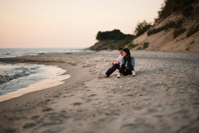 Lina su Tomu palydi saulę Latvijos pajūryje. Poros fotosesija prie jūros