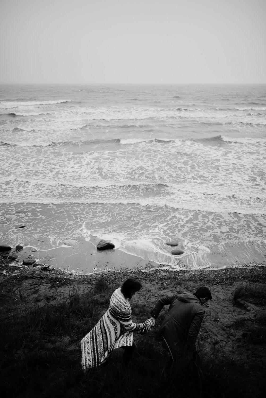 Nuotrauka iš priešvestuvinės fotosesijos su jūra fone, panaudota puslapyje, kuriame nurodyta mano kontaktinė informacija