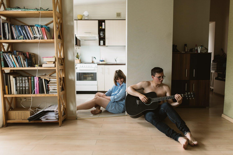 Priešvestuvinė fotosesija namuose, Kristina ir gitara grojantis Raimondas