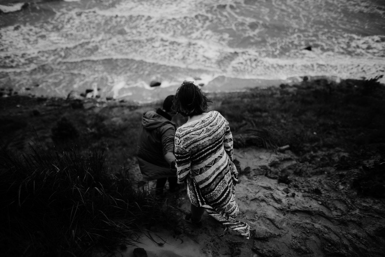 Priešvestuvinė fotosesija pajūryje, Kristina ir Raimondas leidžiasi stačiu šlaitu