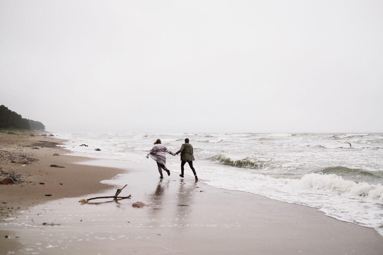 Kristina ir Raimondas, fotosesijos pajūryje metu bėgioja Baltijos krantu