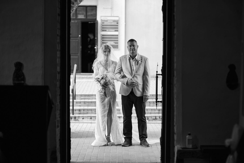 Jaunoji su krikšto tėčiu prieš vestuvių ceremoniją Kaune