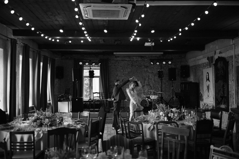 Jaunieji Indrė ir Nerijus repetuoja vestuvinį šokį tuščioje salėje, Babtyno-Žemaitkiemio dvaras