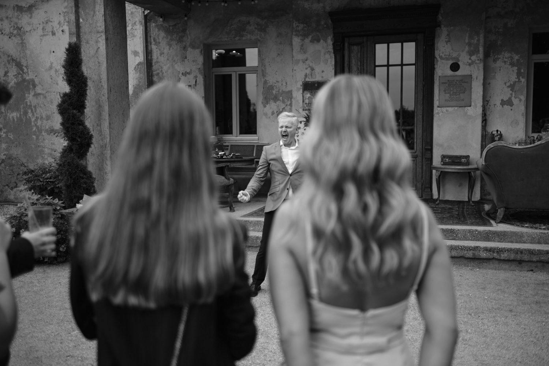 Šventės vedėjas Juozas Liesis linksmina susirinkusius svečius