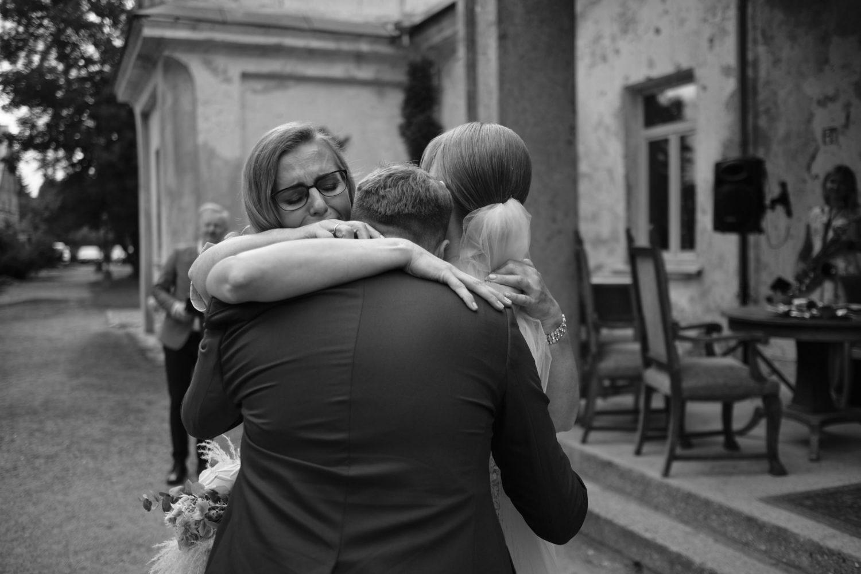Jautrus apsikabinimas, mamos sveikina jaunuosius Indrę ir Nerijų Babtyno-Žemaitkiemio dvaro kiemelyje