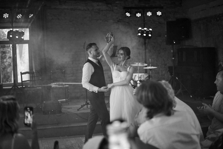 Jaunųjų šokis, juodai balta nuotrauka, vestuvės Babtyno-Žemaitkiemio dvare