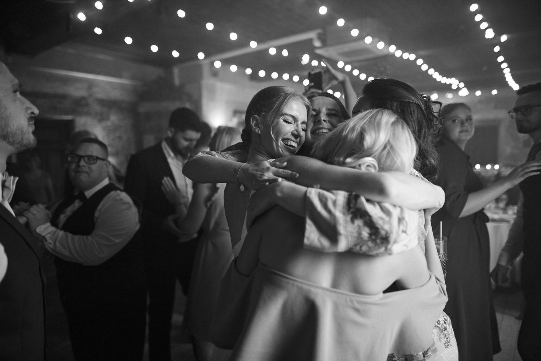 Susirinkusieji šoka ir juokiasi, vestuvės Babtyno-Žemaitkiemio dvare