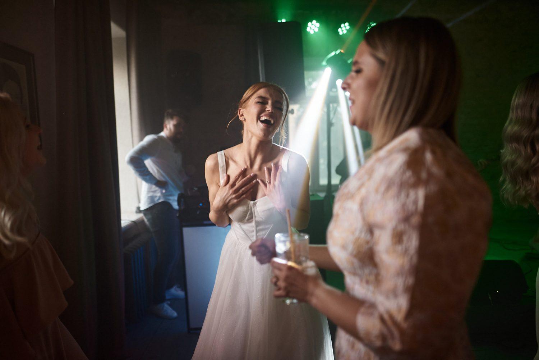 Indrė šoka vestuvių dienos vakarą, Babtyno-Žemaitkiemio dvaras
