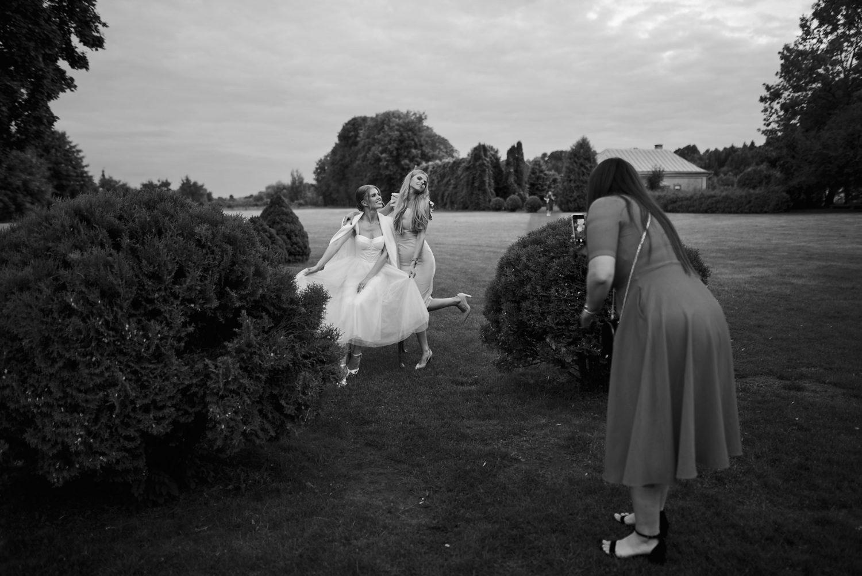 Bičiuliai fotografuojasi Babtyno-Žemaitkiemio dvaro parke