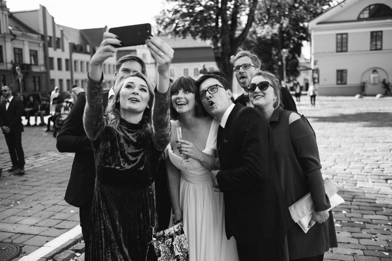 Kristinos, Raimondo ir bičiulių bendras portretas šalia Kauno rotušės