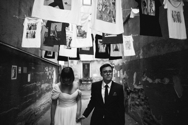 Kristinos ir Raimondo vestuvių portretas žaviame Kauno senamiesčio kiemelyje
