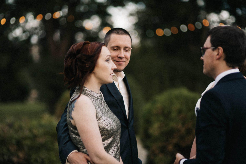 Vestuvių svečiai sveikina jaunuosius