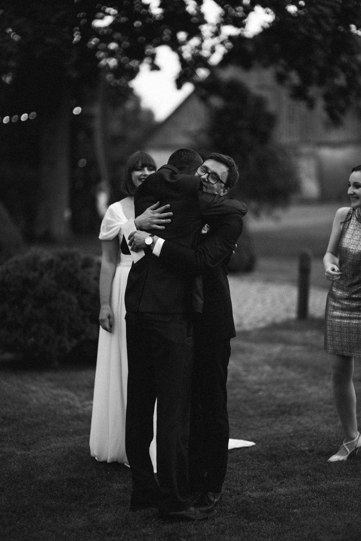 Vestuvių svečiai nuoširdžiai sveikina jaunuosius