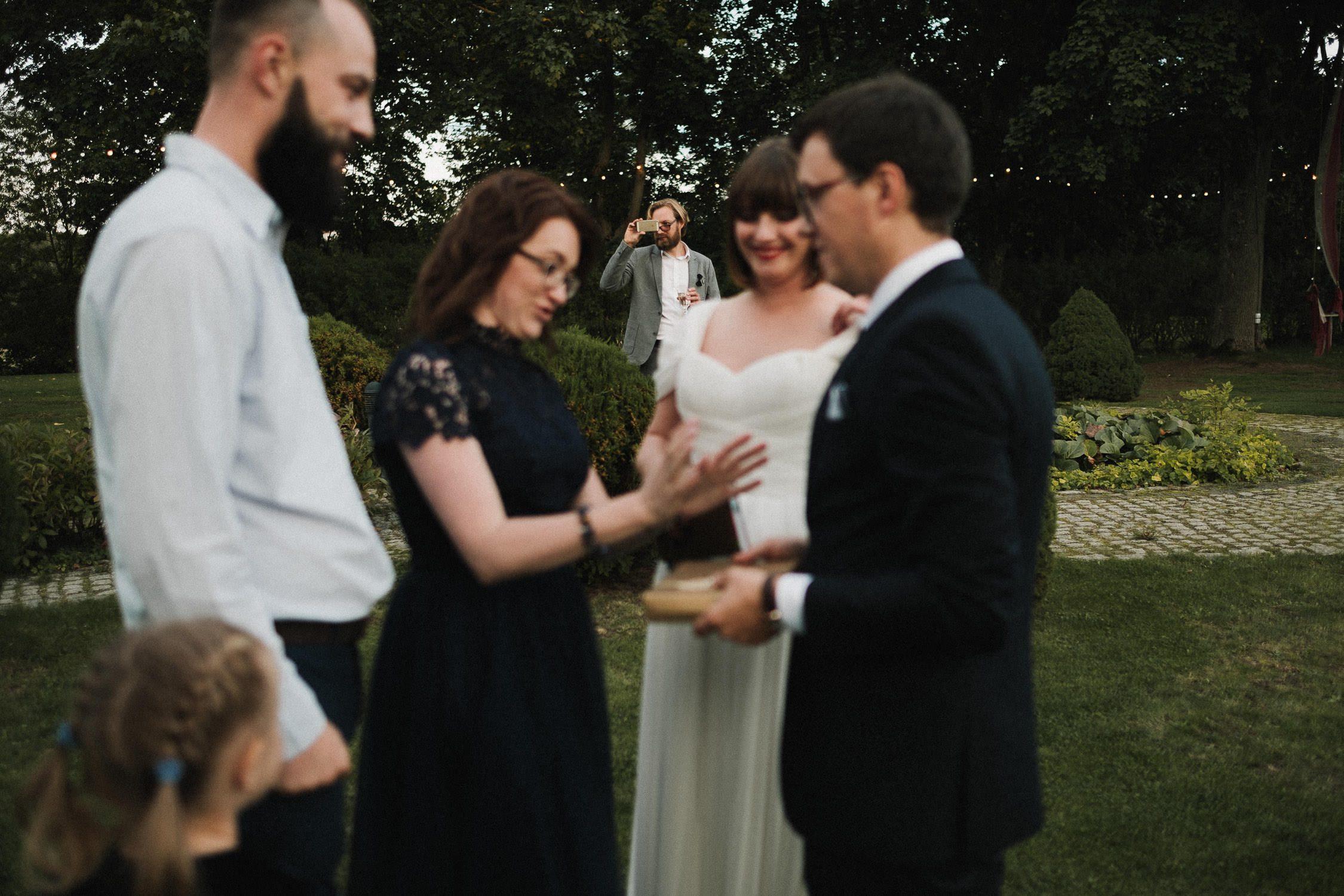 Vestuvių svečias telefonu įamžina gražų vakarą
