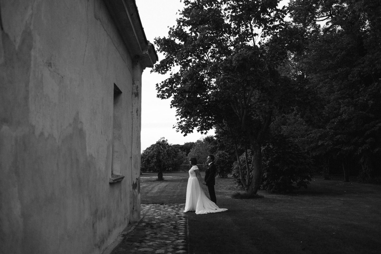 Kristinos ir Raimondo vestuvių portretas. Jaunieji palydi saulę Babtyno-Žemaitkiemio dvare