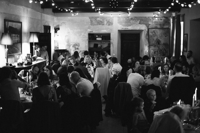 Vestuvių svečiai mėgaujasi maistu ir pokalbiais Babtyno-Žemaitkiemio dvaro salėje
