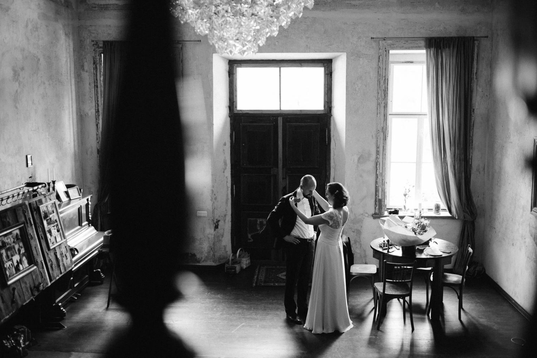 Trumpam pabėgę nuo svečių, jaunieji Eglė ir Vaidotas geria vienas kitą akimis. Jakiškių dvaro vestuvės