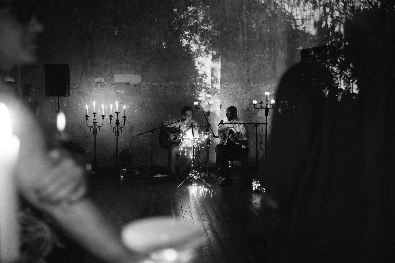 Vaidas su artimu bičiuliu keri savo nuotaką ir susirinkusius svečius gyva muzika žvakių šviesoje. Jakiškių dvaro vestuvės