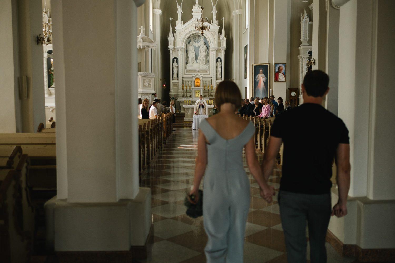 Dovilė ir Vygantas įžengia į jaukią, draugų ir šeimos pilną bažnyčią Tauragėje