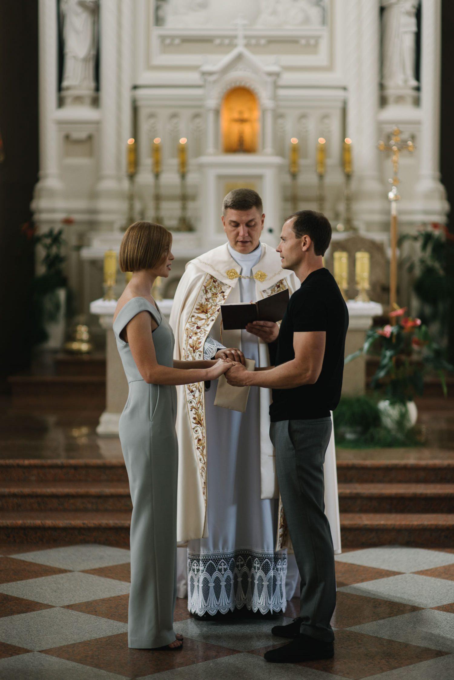 Dovilė ir Vygantas vestuvių ceremonijos metu priešais altorių