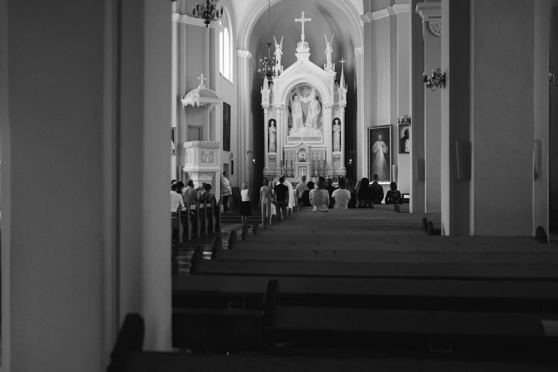 Jaunieji, stebimi pačių artimiausių žmonių, sako vienas kitam savo įžadus bažnyčioje Tauragėje