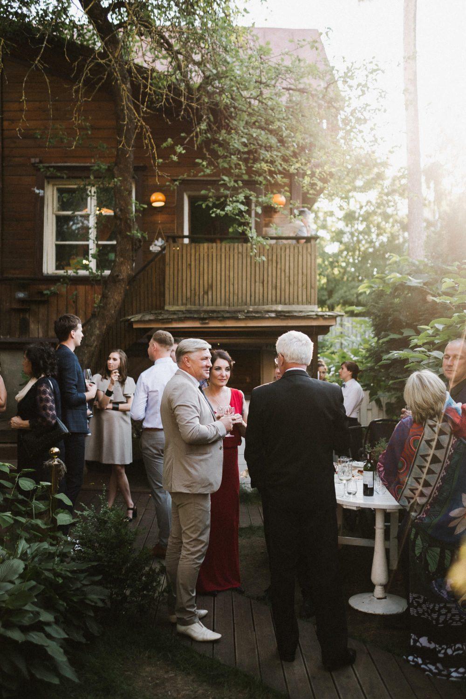 Svečiai mėgaujasi pokalbiais ir vynu Panama Food Garden kiemelyje