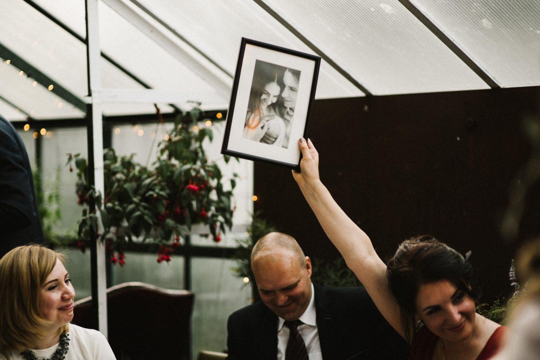 Jaunosios mama džiaugiasi padovanotu Austėjos ir Pauliaus portretu