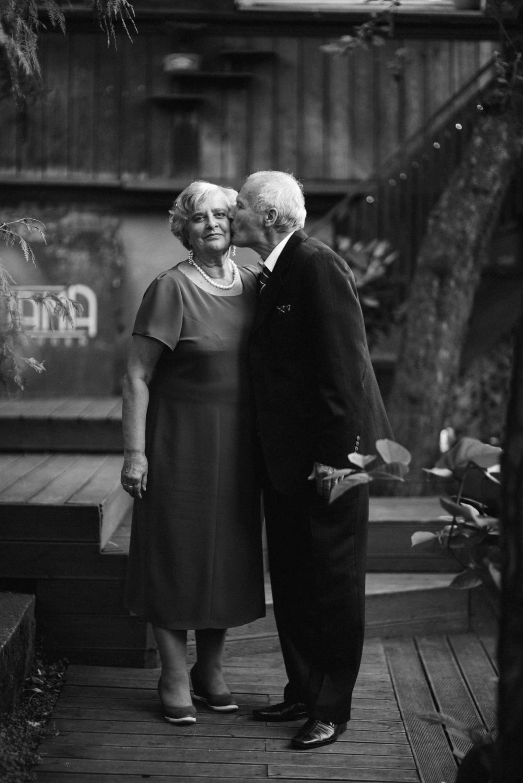 Panama Food Garden vestuvės, įsimylėjusių senelių portretas restorano kiemelyje