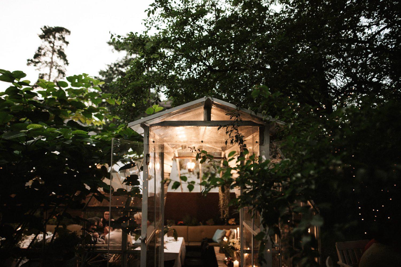 Panama Food Garden šiltnamis saulei beveik nusileidus jaukiai apšviečiamas lemputėmis ir žvakėmis