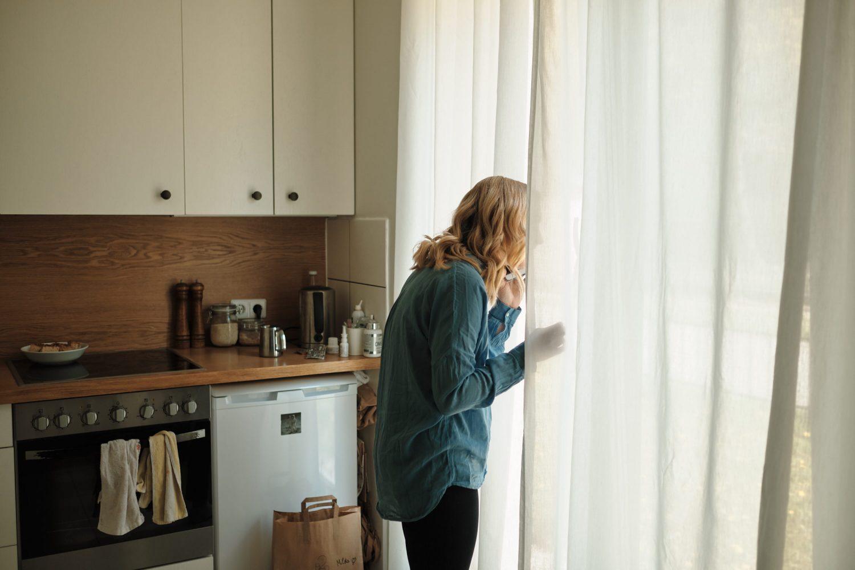 Rytas Mildos ir Viliaus vestuvių dieną, Milda kalba telefonu ir dairosi pro langą