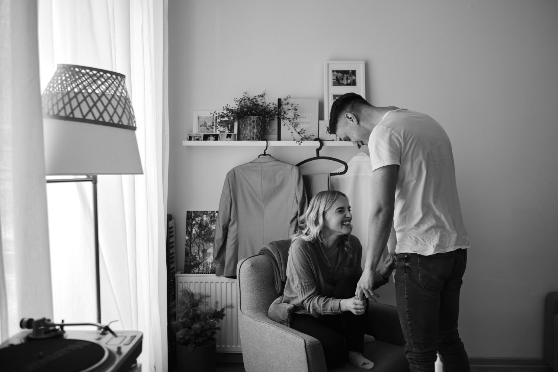 Mildos ir Viliaus vestuvių rytas namuose, rami minutė dviese