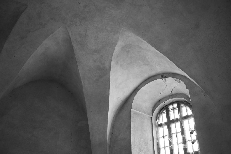 Mildos ir Viliaus vestuvių diena, juodai balta nuotrauka, bažnyčios skliautai ir langas