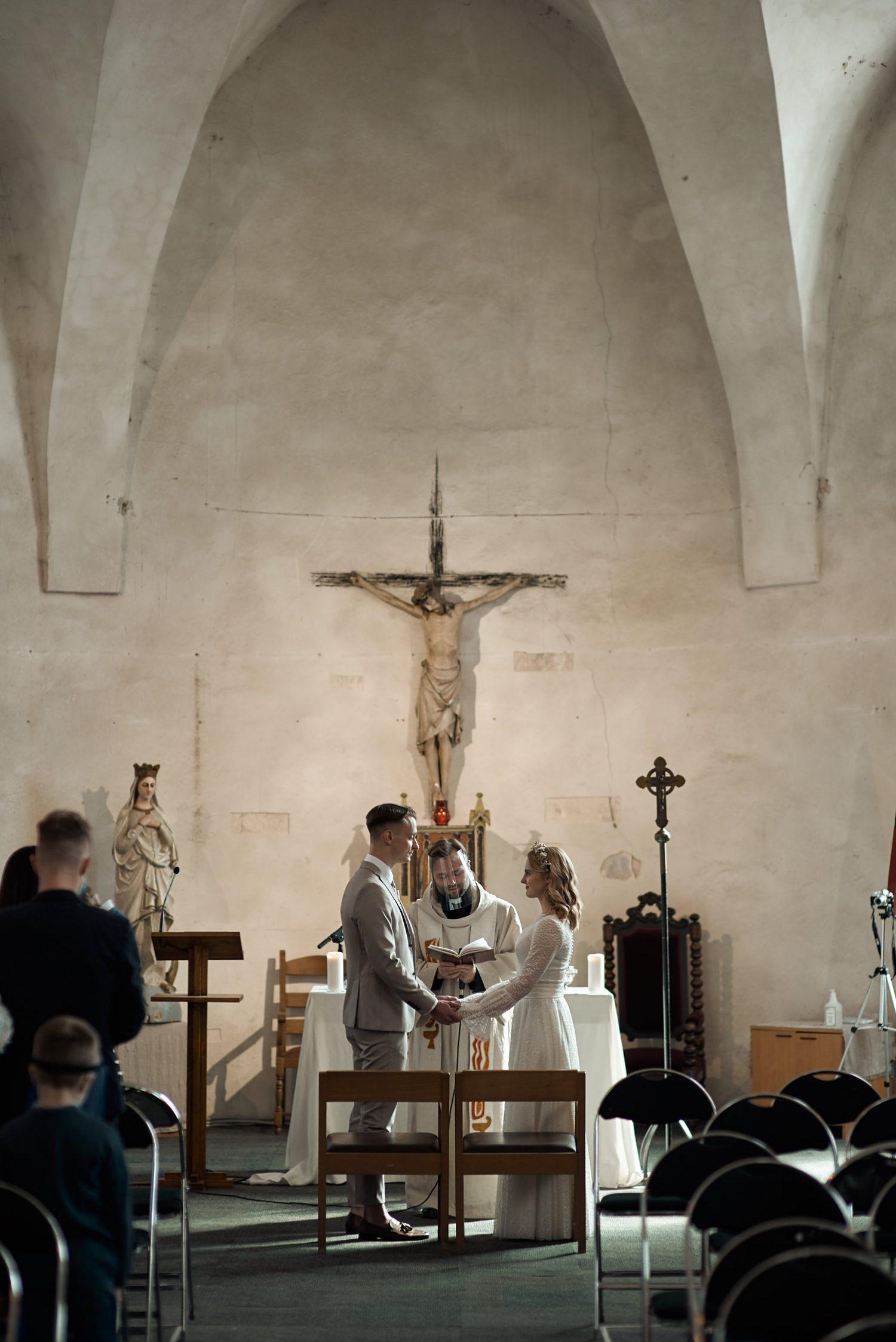 Milda ir Vilius sako vienas kitam priesaiką, ceremonija Vilniaus Švč. Mergelės Marijos Ramintojos bažnyčioje