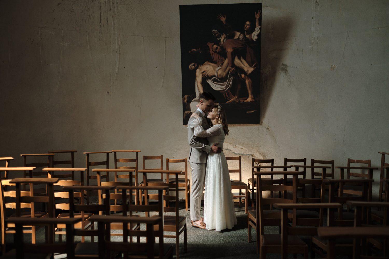 Bendro plano jaunųjų portretas bažnyčioje, seno paveikslo fone