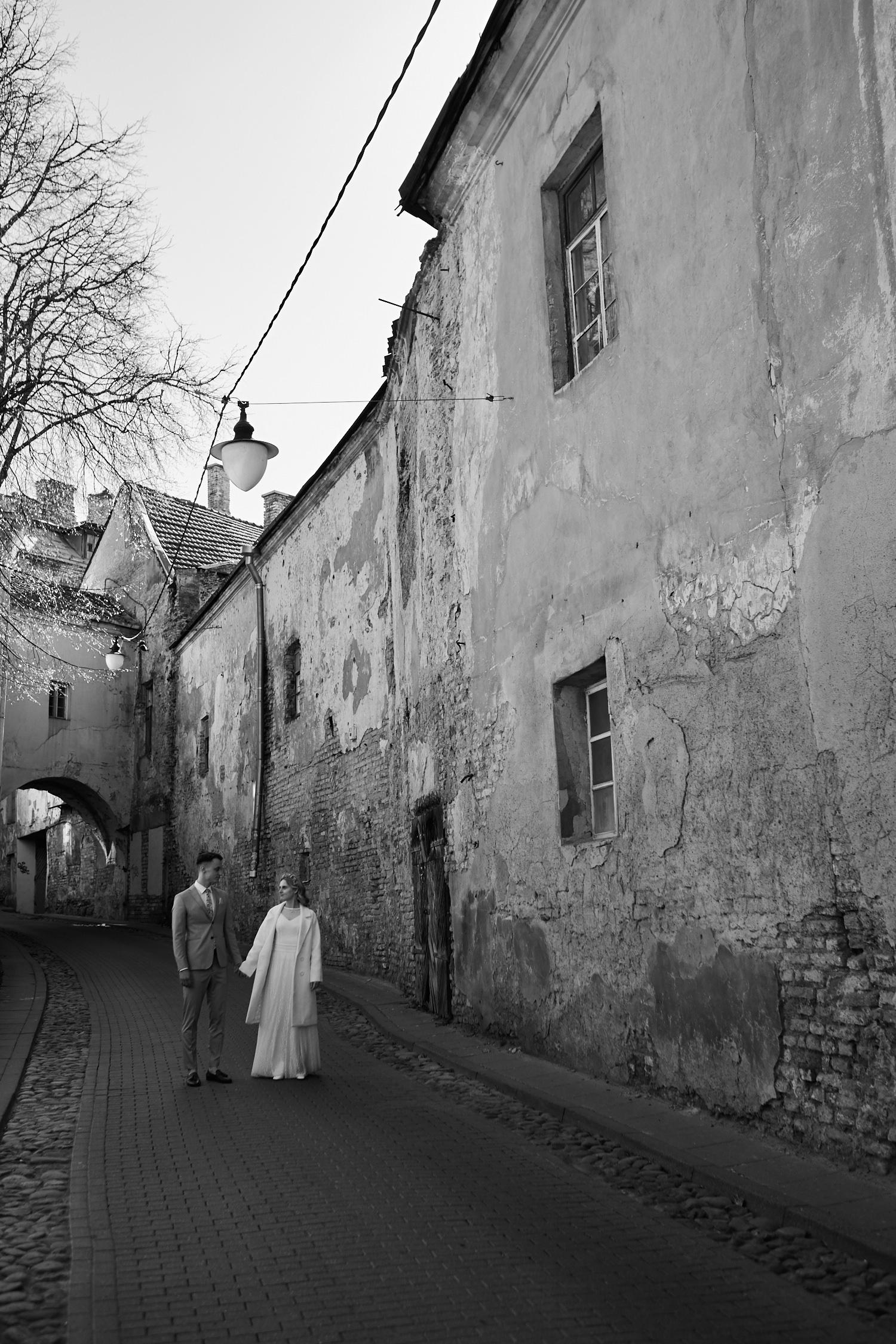 Bendro plano jaunųjų portretas Vilniaus senamiestyje, juodai balta nuotrauka
