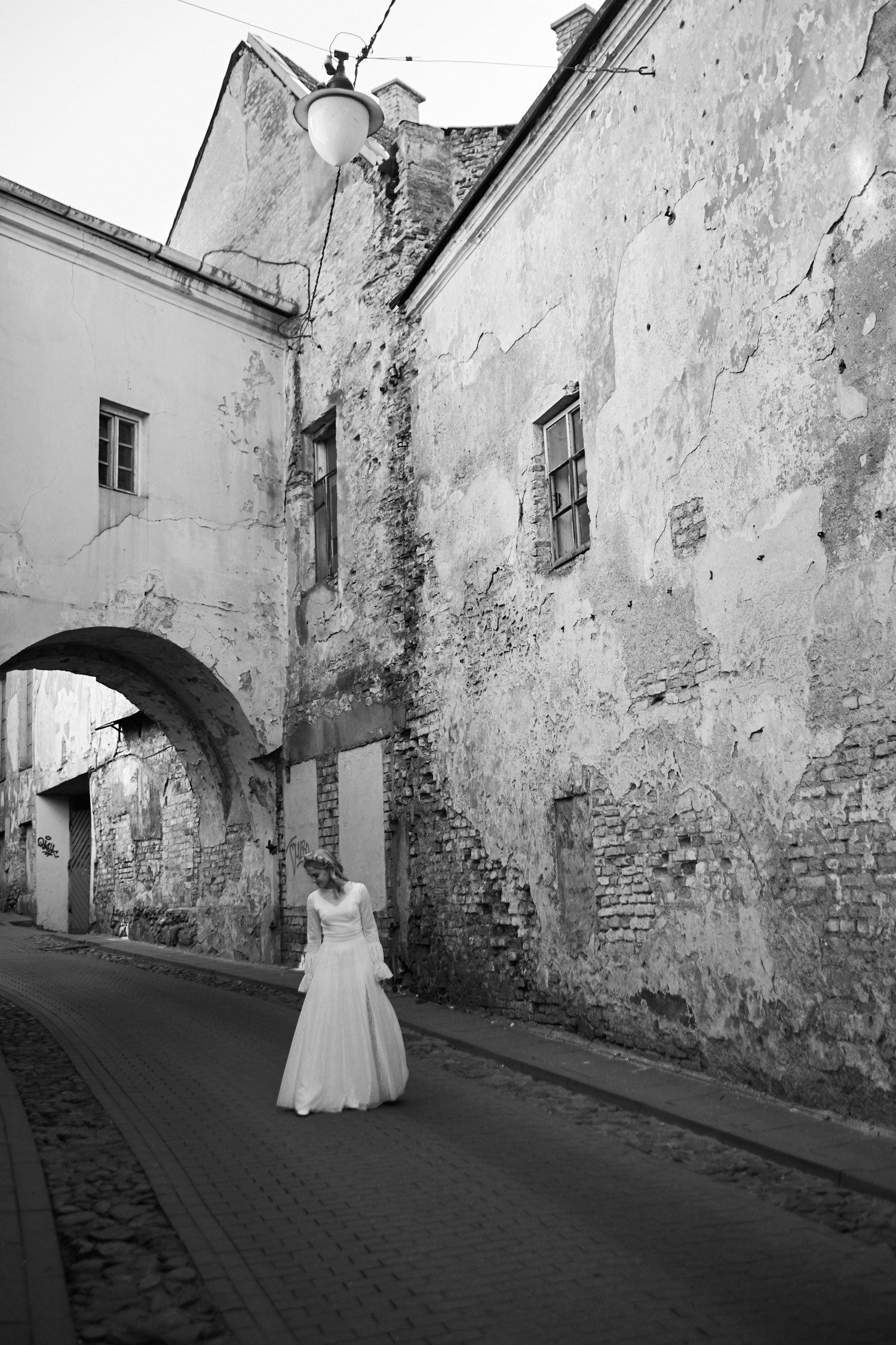 Bendro plano portretas, nuotaka Vilniaus senamiesčio gatvėje