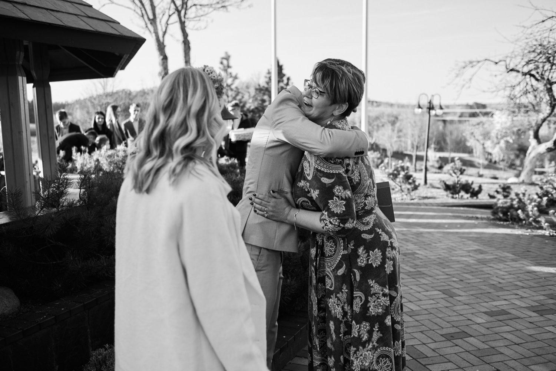 Sveikinimų metu jaunuosius apkabina atvykę svečiai