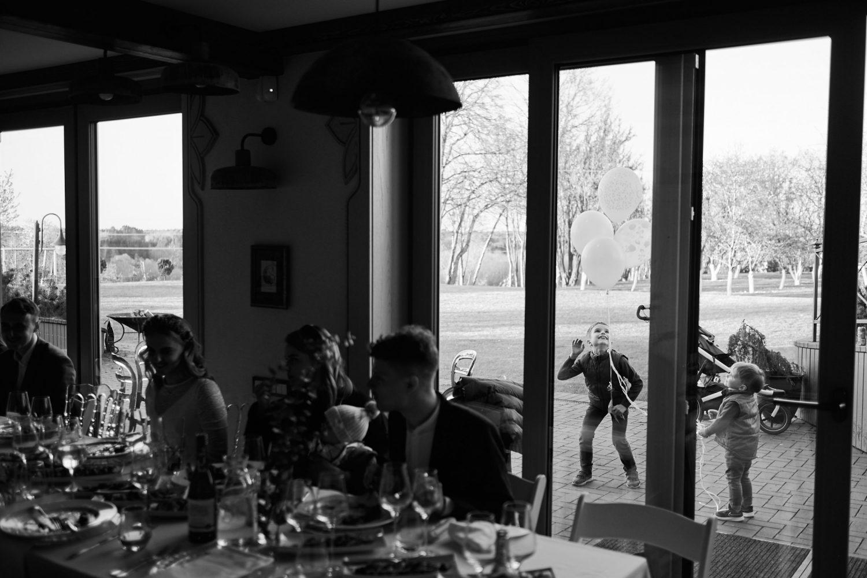 Vakarienės metu už lango žaidžia vaikai
