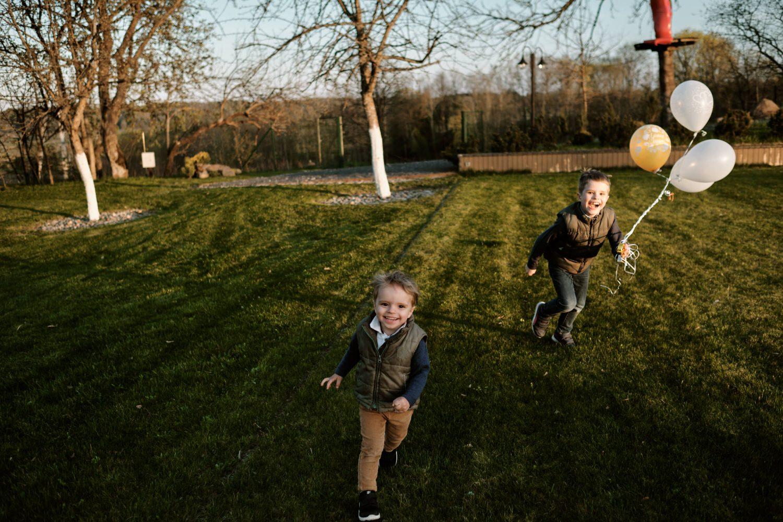 Vakarienės metu lauke žaidžia ir laksto vaikai