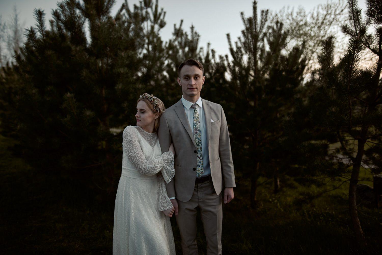 Apsikabinusių jaunųjų portretas vestuvių dienos vakarą