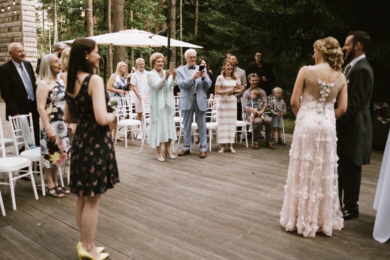 Šeimos ir draugai sveikina kątik susituokusius Austėją ir Mike. TonyResort vestuvės