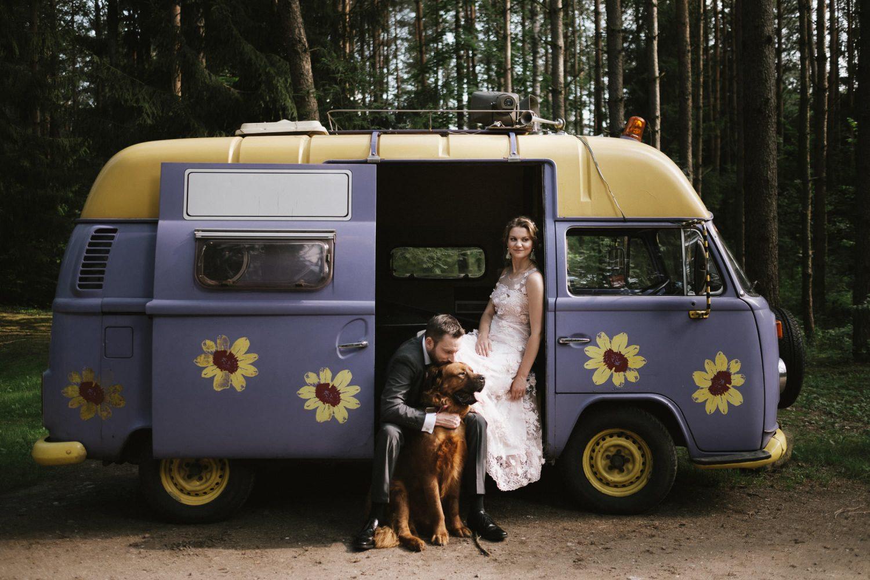 Austėjos, Mike ir keturkojo bičiulio Scooby portretas šalia senučiuko, gėlėto VW Camper Van