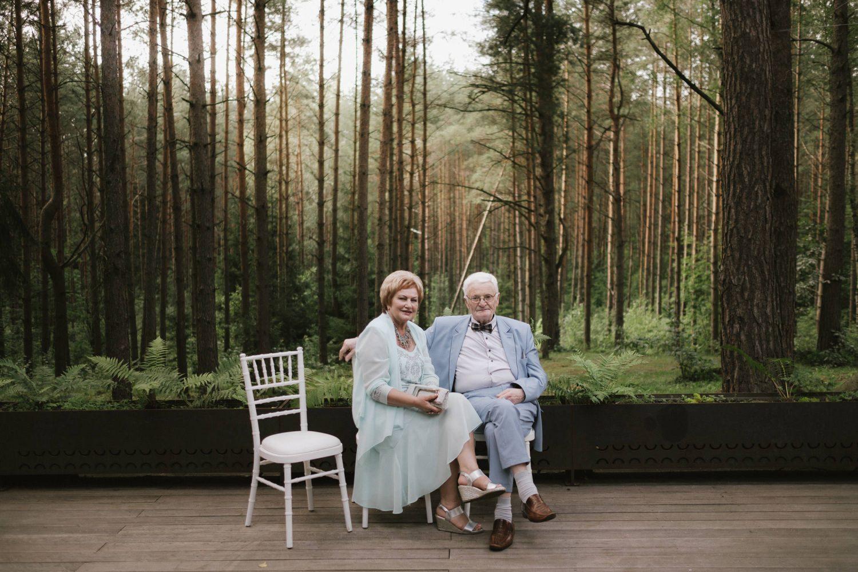 Vyriausieji svečiai prisėdo miško apsuptyje pailsėti