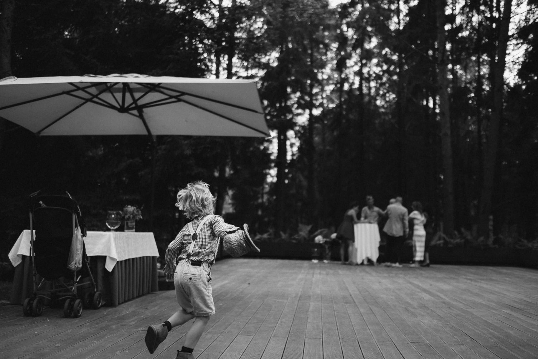 Mažieji vestuvių svečiai mėgaujasi tyru oru, gamta ir vienas kito draugija