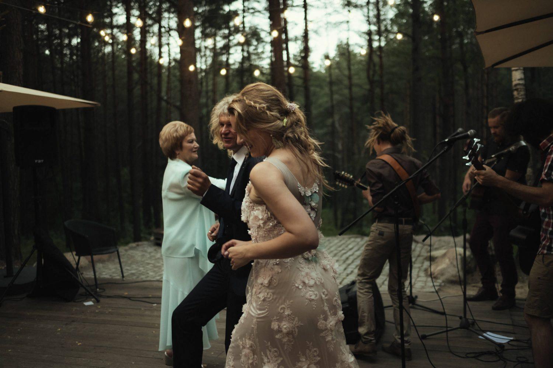 Jaunoji Austėja šoka su tėčiu