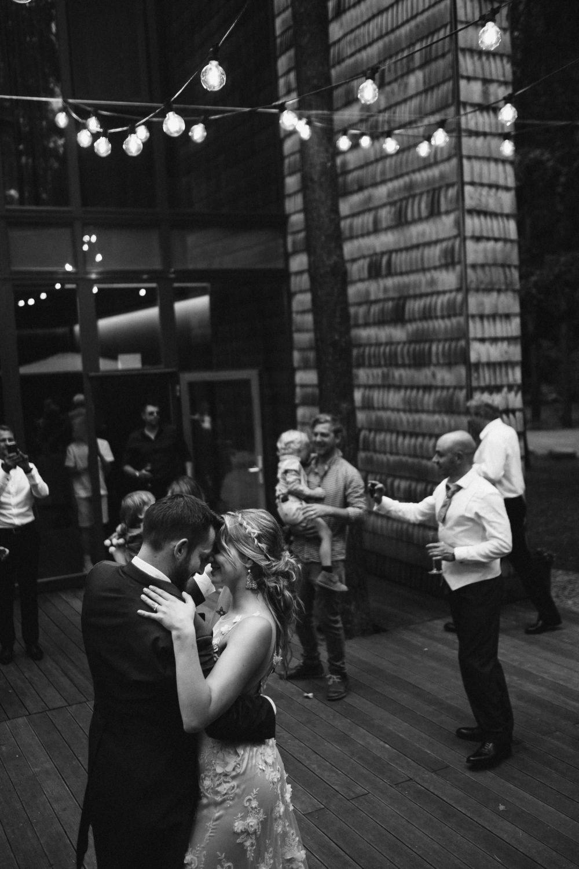 TonyResort vestuvės. Draugų būtelio apsupti Austėja ir Mike tyliai mėgaujasi šokiu