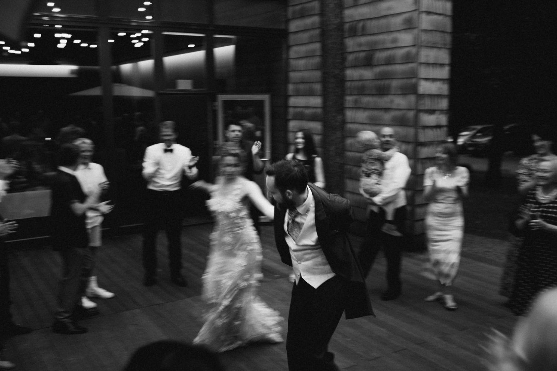 Austėjos ir Mike vestuvių fotografija, pirmasis šokis, TonyResort vestuvės