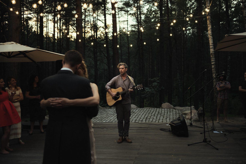 Jaunųjų Austėjos ir Mike bičiulis atlieka muzikinį kūrinį jaunųjų vestuvinio šokio metu. TonyResort