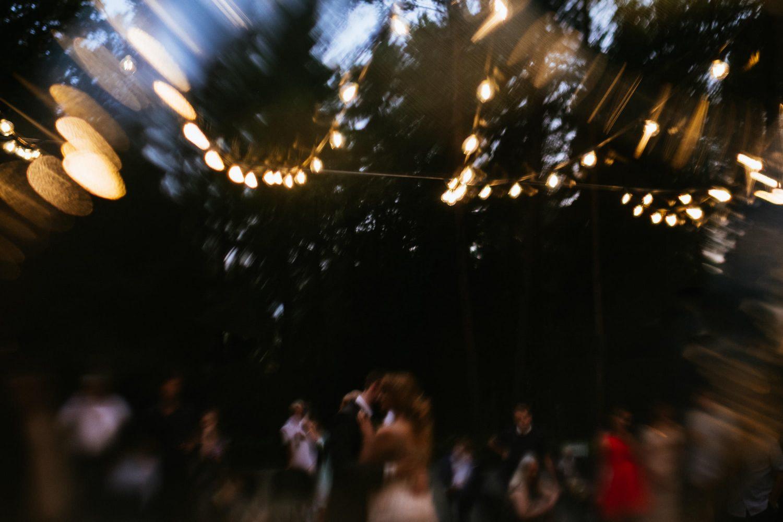 Jaunieji romantiškai šoka draugų ir šeimos apsuptyje. TonyResort vestuvės, Vilnius