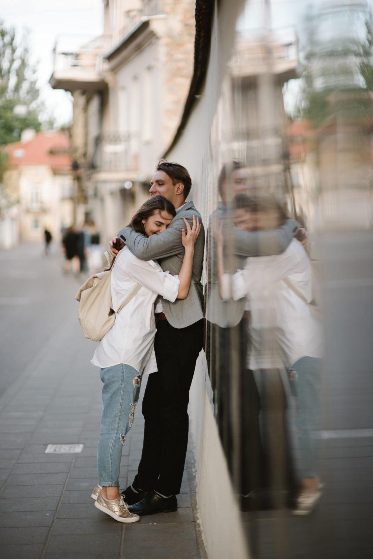 Austėja ir Paulius Vilniaus užupyje, fotosesija senamiestyje. Šioje vietoje Paulius paprašė Austėjos už jo tekėti